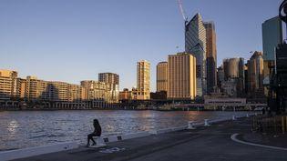 Une personne assise dans une rue de Sydney en Australie, le 24 juillet 2021. (CHINE NOUVELLE / SIPA  / XINHUA)