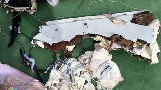 Des débris du vol MS804 d'Egyptairà Alexandrie (Egypte), le21 mai2016.  (EGYPTIAN ARMED FORCES / ANADOLU AGENCY / AFP)