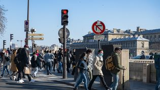 La foule sur les quais de Paris, le 28 février 2021. (SANDRINE MARTY / HANS LUCAS)