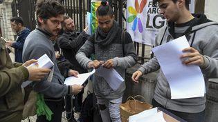 Des Argentins signent un formulaire pour renoncer à leur baptêmecatholique, vendredi 24 août 2018, après que le Sénat a refusé de légaliser l'avortement. (EITAN ABRAMOVICH / AFP)