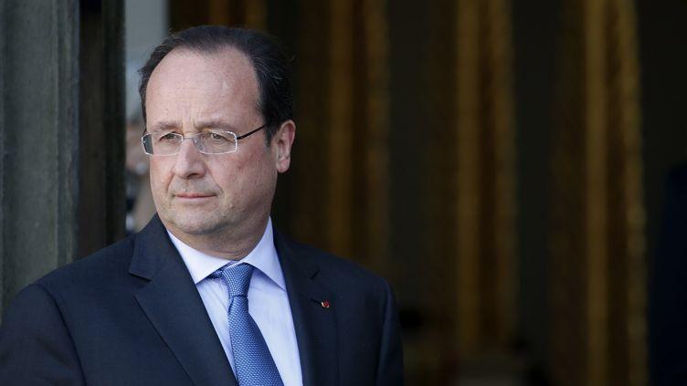 Le président de la République, François Hollande, sur le perron du palais de l'Elysée, à Paris, le 17 mai 2014. (GONZALO FUENTES / REUTERS)
