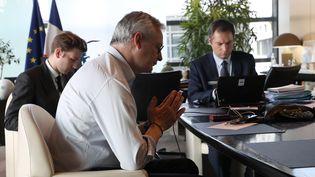 Le ministre de l'Economie, Bruno Le Maire, et son cabinet négocient par téléphone lors d'une réunion de l'Eurogroupe, le 9 avril 2020, à Paris. (LUDOVIC MARIN / AFP)
