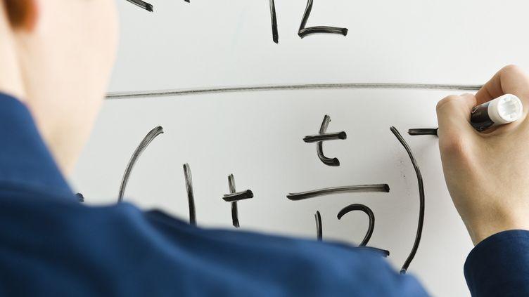 Un élève inscrit sur un tableau une opération mathématique. (MAXPPP)