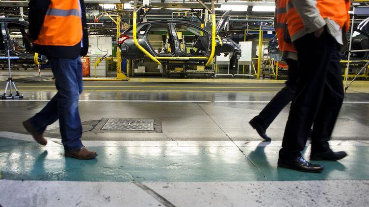 Une ligne de production de l'usine PSA de Mulhouse (Haut-Rhin), le 13 avril 2012. (SEBASTIEN BOZON / AFP)