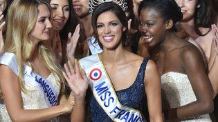 Iris Mittenaere (centre) est couronnée Miss France 2016 à Lille (Nord), le 19 décembre 2015. (PHILIPPE HUGUEN / AFP)