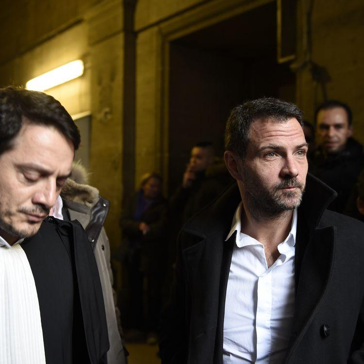 L'ancien trader de la Société générale, Jérôme Kerviel (à droite) et son avocat David Koubbi au Palais de justice de Paris, le 18 janvier 2016. (ERIC FEFERBERG / AFP)