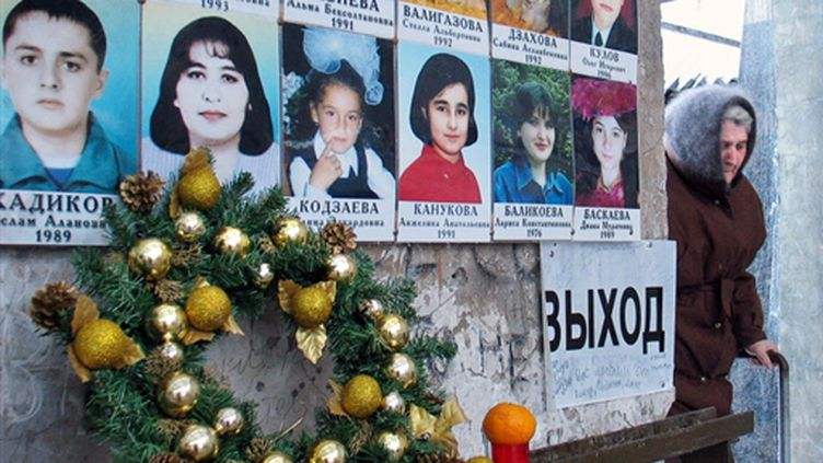 Un des murs de l'école recouvert des photos des victimes de l'école de Beslan, le 30 décembre 2006 (© AFP. K.Basayev)
