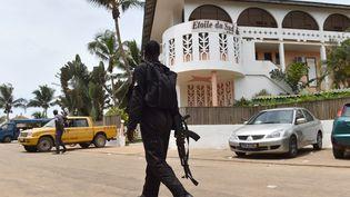 Un soldat ivoirien passe devant l'hôtel Etoile du Sud, le 14 Mars 2016 à Grand Bassam (Cote-d'Ivoire) un jour après l'attaque de lastation balnéaire. (ISSOUF SANOGO / AFP)