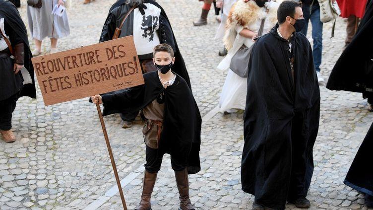 Un garçon portant un costume d'époque lors d'une manifestation de personnes travaillant dans le secteur de la reconstitution historique, à Avignon (Vaucluse), le 27 mars 2021.  (NICOLAS TUCAT / AFP)