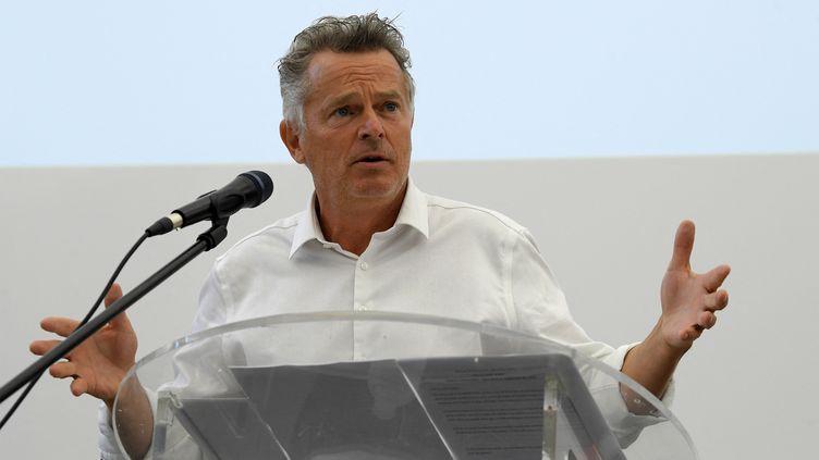 Le candidat communiste Fabien Roussel lors de l'université d'été du PCF, à Aix-en-Provence, samedi 28 août. (NICOLAS TUCAT / AFP)