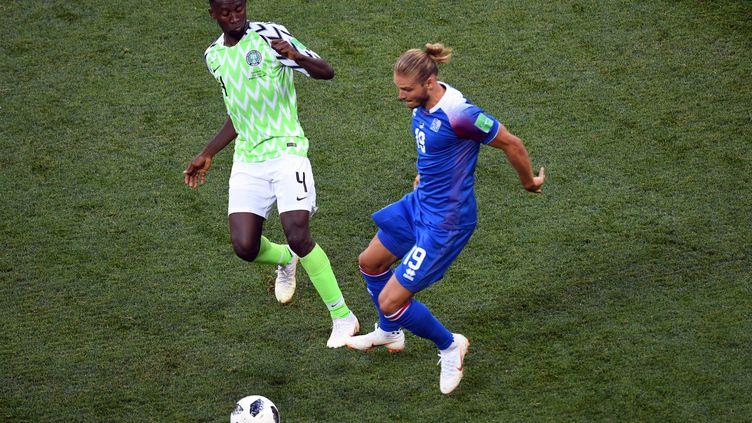 Le joueur nigérianWilfred Ndidiet l'IslandaisRurik Gislason lors du match de Coupe de monde Nigeria-Islande, àVolgograd (Russie), le 22 juin 2018. (PHILIPPE DESMAZES / AFP)