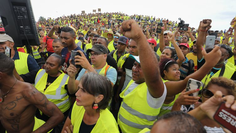 """Des """"gilets jaunes"""" manifestent contre l'augmentation des prix du carburant au Port, à La Réunion, le 24 novembre 2018. (RICHARD BOUHET / AFP)"""