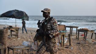Un soldat sur la plage de Grand-Bassam (Côte d'Ivoire), après une attaque jihadiste, le 13 mars 2015. (ISSOUF SANOGO / AFP)