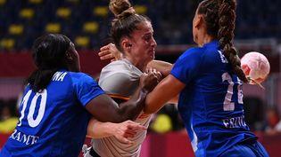 Les Bleues ont vu les Espagnoles revenir au score en fin de premirère période du match de phase de groupes du tournoi olympique, le 27 juillet 2021. (MARTIN BERNETTI / AFP)