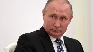 Vladimir Poutine lors d'une rencontre avec le président du Comité international olympique, Thomas Bach, le 15 juillet 2018, à Moscou (Russie). (SERGEY GUNEEV / SPUTNIK / AFP)