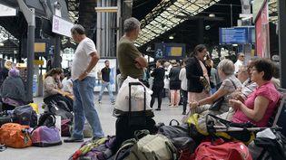 Des passagers patientent le 14 juin 2014 à la gare Saint-Lazare à Paris. (MIGUEL MEDINA / AFP)