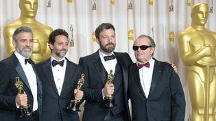 """George Clooney, Grant Heslov, producteurs, et l'acteur, producteur et réalisateur de """"Argo"""" Ben Affleck, au côté de Jack Nicholson qui vient de leur remettre l'Oscar du meilleur film lors de la 85e cérémonie des Oscars, le 24 février 2013  (JOE KLAMAR / AFP)"""