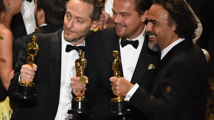 Emmanuel Lubezki, Leonardo DiCaprio et Alejandro Gonzalez Iñarrituoscarisés le 28 février 2016 à la 88e cérémonie des Oscars. (MARK RALSTON / AFP)
