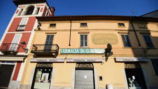 Une pharmacie fermée àCodogno, près de Milan (Italie), le 22 février 2020. (MIGUEL MEDINA / AFP)