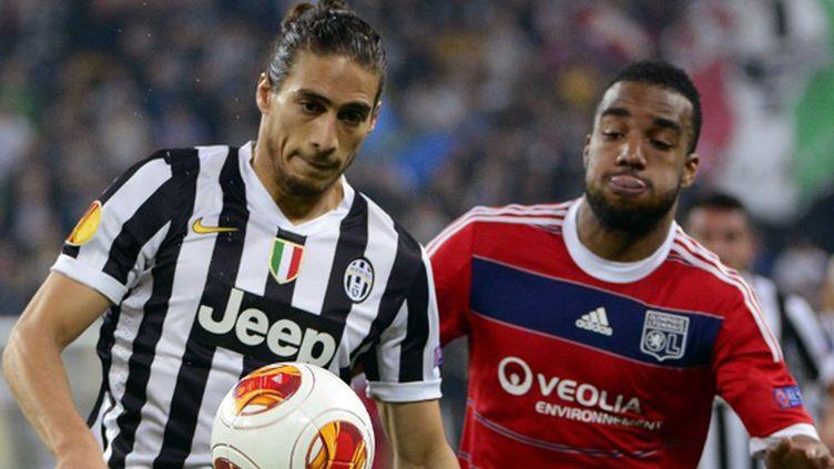 Lacazette (OL) n'a pas réussi à se défaire du marquage de Caceres (Juventus Turin) (OLIVIER MORIN / AFP)