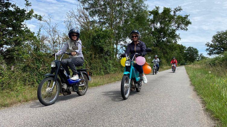 Les quatre collègues sur les routes de l'Allier lors de leur randonnée à mobylette. (BORIS LOUMAGNE / RADIO FRANCE)