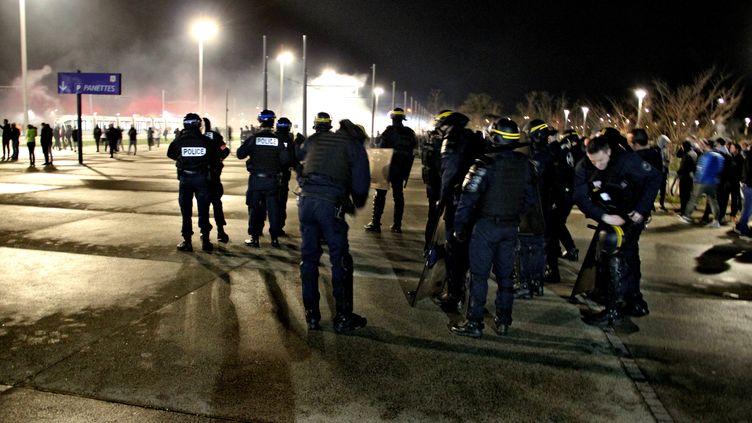Des échauffourées ont eu lieu aux abords du Groupama Stadium. (MATHIS BOUSSUGE / CROWDSPARK)