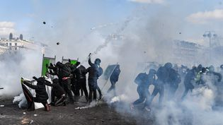 """Des manifestants lorsde la mobilisation des """"gilets jaunes"""" sur les Champs-Elysées le 16 mars 2019. (ALAIN JOCARD / AFP)"""