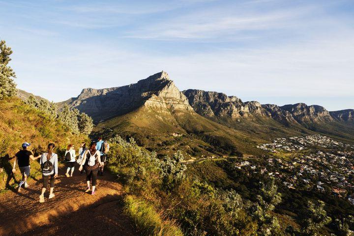 Des touristes randonnent dans parc de Table Mountain Park, en Afrique du Sud. Gérer l'affluence des promeneurs est une problématiqueque connaît également le parc national de La Réunion. (CHRISTIAN KOBER / ROBERT HARDING HERITAGE)