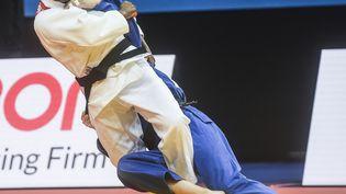 La Française Clarisse Agbegnenou (en blanc) lors des Championnat d'Europe de judo 2020 à Prague, le 20 novembre 2020. (MICHAL CIZEK / AFP)
