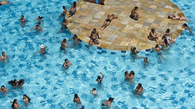 Des Brésiliens se rafraîchissent dans une piscine publique à Sao Paulo (Brésil) où l'on enregistre des températures supérieures à 35°C, le 31 janvier 2014. (NELSON ALMEIDA / AFP)