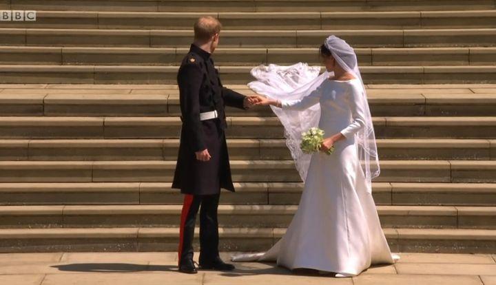 Les jeunes mariés sur les marches de l'église, le samedi 19 mai 2018 à Windsor  (Capture écran BBC)