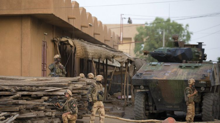Des soldats français et maliens à Gao, dans le nord du Mali, le 13 avril 2013. (JOEL SAGET / AFP)