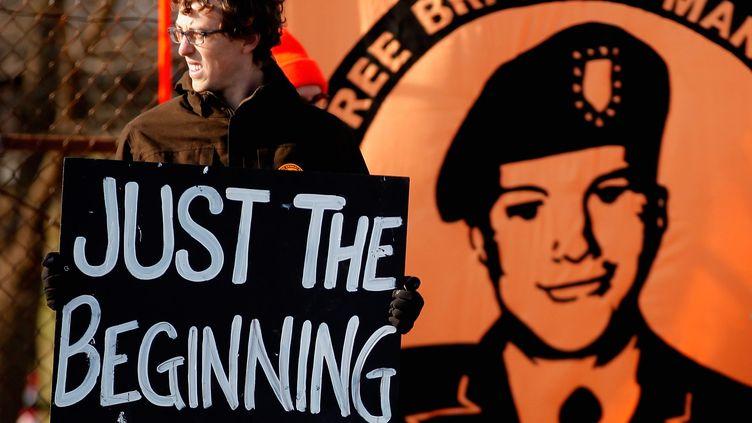 Un soutien de Bradley Manning, accusé d'avoir livré des informations confidentielles à WikiLeaks, le 16 décembre 2011 à Fort Meade (Etats-Unis). (CHIP SOMODEVILLA / GETTY IMAGES / AFP)
