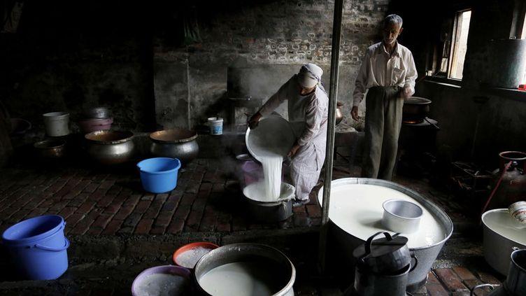 Une femme vend du lait dans sa maison malgré les affrontements à Srinagar. Fin août 2016, les autorités Indiennes ont fini par lever le couvre-feu imposé dans la ville et la plupart des régions du Cachemire. Mais magasins et entreprises sont restés fermés en raison d'une grève générale de protestation contre la domination indienne. L'Inde et le Pakistan revendiquent chacun cette région himalayenne. (Mukhtar Khan/AP/SIPA - Septembre 2016)