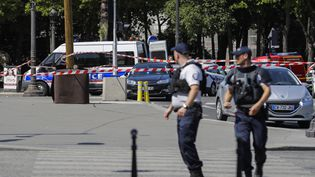 Des agents des forces de l'ordre sur les Champs-Elysées, à Paris, le 19 juin 2017. (THOMAS SAMSON / AFP)