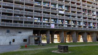 """Des résidents de la """"cité radieuse"""", à Marseille, le 2 avril 2020. (JEAN-FELIX FAYOLLE / HANS LUCAS / AFP)"""