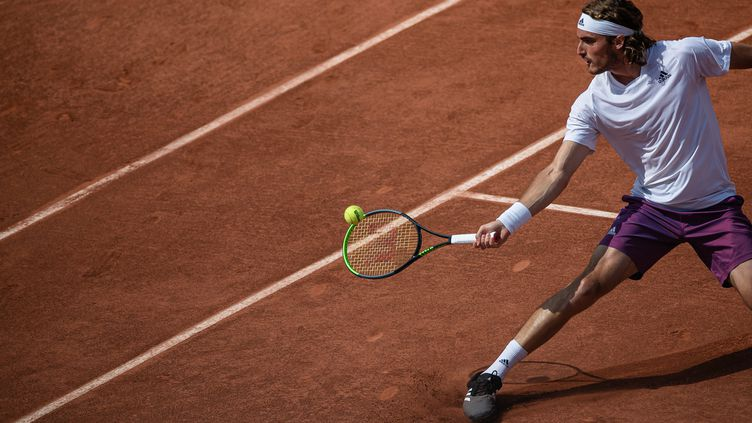 Stefanos Tsitsipas lors de sa qualification pour le 3e tour à Roland-Garros 2021 mercredi 2 juin. (AURELIEN MORISSARD / MAXPPP)