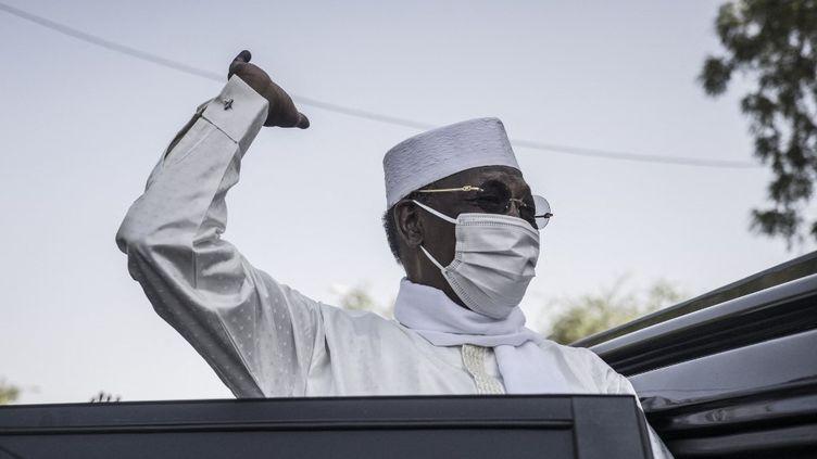 Le président du TchadIdriss Déby salue ses partisans,le11 avril 2021 àN'Djamena, aprèsavoir voté lors de l'élection présidentielle. (MARCO LONGARI / AFP)