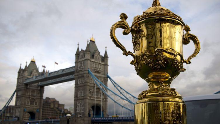 Le trophée Webb Ellis est présenté devant Tower Bridge à Londres (Royaume-Uni), le 3 décembre 2012. (ADRIAN DENNIS / AFP)