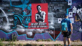 Une affiche dénonçant la disparition de Steve Maia Caniço à Nantes, le 15 juillet 2019. (LOIC VENANCE / AFP)