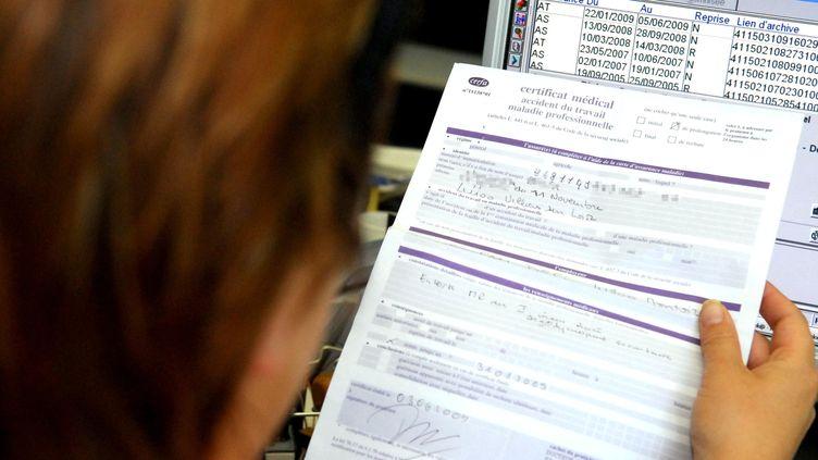 Les salariés touchant plus de 2 600 euros brut pourraient voir leurs indemnités baisser en cas d'arrêt-maladie. (PHOTOPQR / LA NOUVELLE REPUBLIQUE / SEBASTIEN GAUDARD)