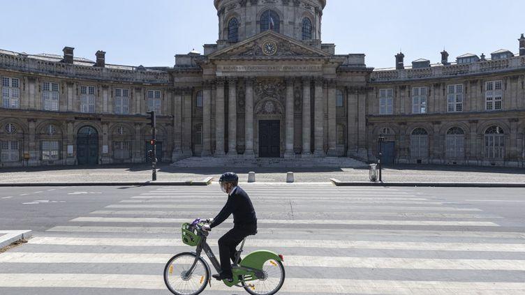Un cycliste dans les rues de Paris, le 26 avril 2020. (ANTOINE WDOWCZYNSKI / HANS LUCAS)