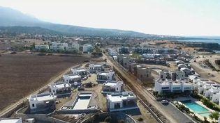 Dans le nord de Chypre, les villas de vacances ne cessent de sortir de terre. Les entreprises de bâtiment étendent les carrières pour satisfaire lesbesoins des touristes. Sur le côté turc de l'île, on se demande jusqu'oùellespourrontcreuser. (france 2)