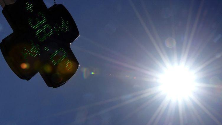 Le thermomètre d'une pharmacie toulousaine (Haute-Garonne) indique 38°, le 17 août 2012. (PASCAL PAVANI / AFP)