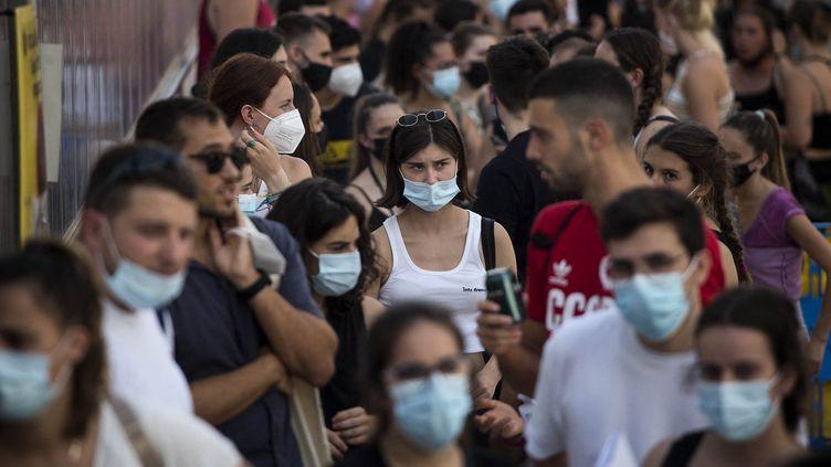 Des personnes font la queue à Barcelone, en Espagne, le 3 juillet 2021, pour accéder à un festival de musique. (ROBERT BONET / NURPHOTO / AFP)