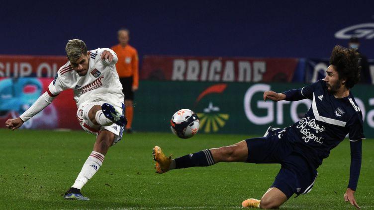 Bruno Guimaraes (Lyon) face à Yacine Adli (Bordeaux) en Ligue 1 (JEAN-PHILIPPE KSIAZEK / AFP) (JEAN-PHILIPPE KSIAZEK / AFP)