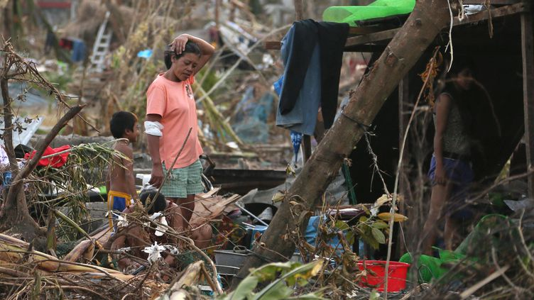 Des survivants du typhon errent à Tacloban (Philippines), le 11 novembre 2013. (ATSUSHI TAKETAZU / YOMIURI / AFP)