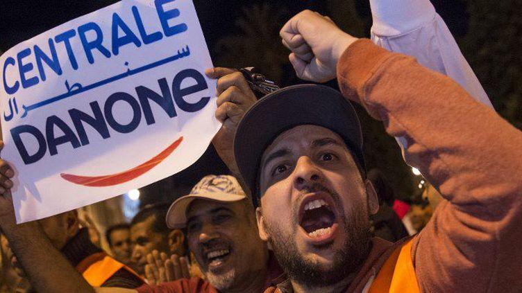 Des salariés de Centrale Danone, filiale marocaine du groupe Danone, appellent à la fin du boycott à Rabat. (FADEL SENNA / AFP)