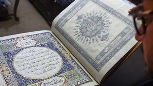 Un Coran en soie conservé pour préserver l'héritage culturel de l'Afghanistan.  (WAKIL KOHSAR / AFP)