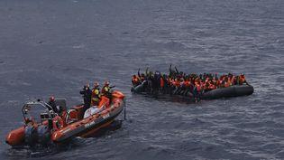 Des migrants secourus par l'ONG espagnole Open Arms après le chavirage de leur embarcation en Méditerrannée, le 11 novembre 2020. (SERGI CAMARA / SIPA)